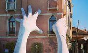 Đôi bàn tay 'quái dị' mọc lên từ dưới kênh ở Venice