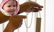 Bé gái 16 tháng tuổi tử vong vì dây kéo rèm cửa