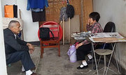 Bố mẹ 10 năm sống trong toilet nuôi 2 con ăn học