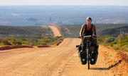 Bác sĩ 6 năm đạp xe khắp thế giới để cứu người