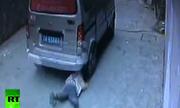 Bé trai 4 tuổi thoát chết dưới gầm ôtô