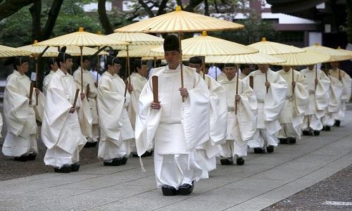 Nghi lễ tưởng niệm truyền thống của người Nhật ở đền chiến tranh Yasukuni. Ảnh: Reuters