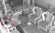 3 người phụ nữ chạy ra đóng cổng bắt tên trộm laptop