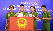 Sinh viên cảnh sát, an ninh xếp hàng chờ bỏ phiếu