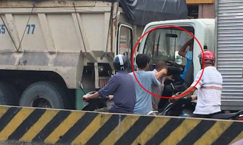 Tài xế xe tải bị đánh tới tấp vì không nhường đường