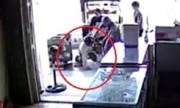 Chủ nhà quật ngã tên trộm xông vào tiệm điện thoại