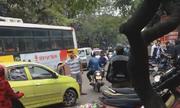 Thanh niên chuyên chặn đầu ôtô đi ngược chiều ở Hà Nội