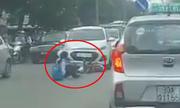 Nữ sinh bị tông ngã vì sang đường cắt mặt ôtô