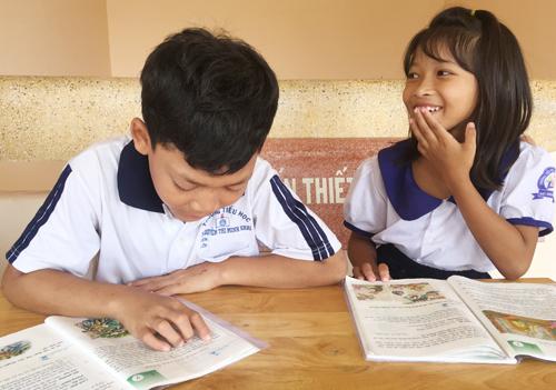 Em Võ Văn Hóa là một trong tám học sinh của trường Tiểu học Lê Hồng Phong khó khăn với từng con chữ. Ảnh: Phúc Hưng