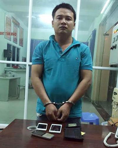 Tên cướp bị thiếu nữ lao xe máy vào bắt giữ. Ảnh: C.A