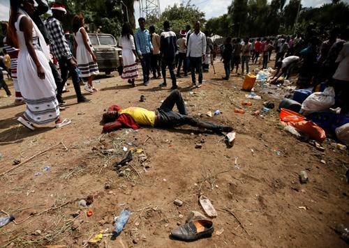 Một người bị thương nằm chờ được hỗ trợ trong lễ hội tạiOromia region,Ethiopia