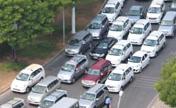 Xe hơi kẹt cứng đường vào sân bay Tân Sơn Nhất