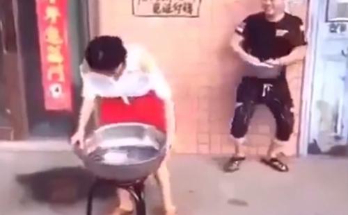 chang-trai-ngo-ngac-truoc-hanh-dong-cua-nguoi-dep-trong-thang-may-1