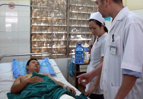 Thượng úy Chinh đang được điều trị tại Bệnh viện Đa khoa tỉnh Đăk Lăk. Ảnh: Kh. Uyên
