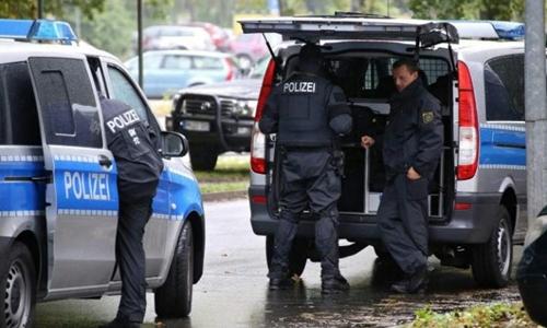 Cảnh sát Đức phong tỏa thành phố Chemnitz vì nghi ngờ khủng bố có kế hoạch đánh bom tại đây. Ảnh: AP.
