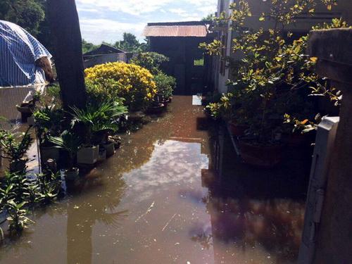 Nước ngập sâu gây hư hỏng tài sản nhiều nhà dân. Ảnh: Hải Hà