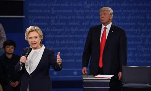 Bà Clinton và ông Trump trong cuộc tranh luận lần thứ hai. Ảnh: AFP