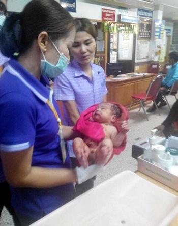 Bé trai được chữa trị tại bệnh viện. Ảnh:Exclusivepix Media