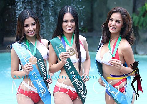 Imelda Bautista Schweighart (ngoài cùng bên phải) cùng hai thí sinh trong cuộc thiHoa hậu Trái đất Philippines 2016