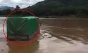 Tài xế liều lĩnh lái xe tải vượt sông Mã
