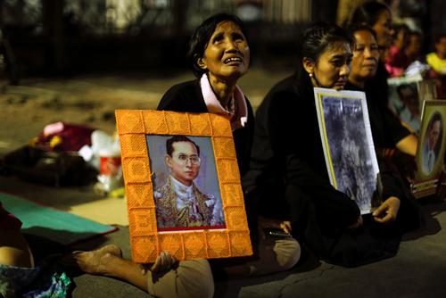 Women weep after an announcement that King Bhumibol Adulyadej has died, at the Siriraj hospital in Bangkok,ThailandOctober 13, 2016. REUTERS/Jorge Silva
