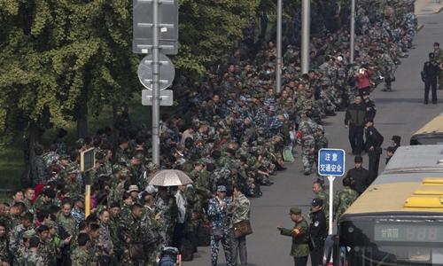 1.000 cựu chiến binh Trung Quốc biểu tình bên ngoài trụ sở Bộ Quốc phòng. Ảnh: Global Times.