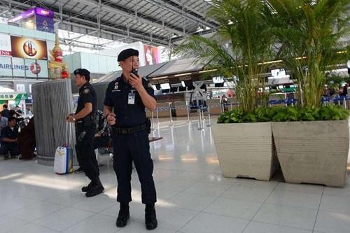 Nhân viên an ninh tại sân bay