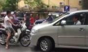 Xe máy chặn đầu ôtô đi ngược chiều: Xuống xin đàng hoàng thì cho đi