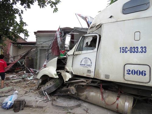 xe-container-dam-sap-nha-dan-2-nguoi-bi-vui-trong-dong-do-nat-1