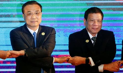 Tổng thống Philippines Duterte (phải) và Thủ tướng Trung Quốc Lý Khắc Cường trong Hội nghị thượng đỉnh ASEAN+3 hồi tháng 9. Ảnh: Reuters.
