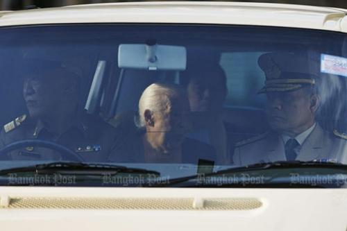 Hoàng hậu Sirikit (giữa) trong đoàn xe rước linh cữu quốc vương về Hoàng cung. Ảnh: BangkokPost
