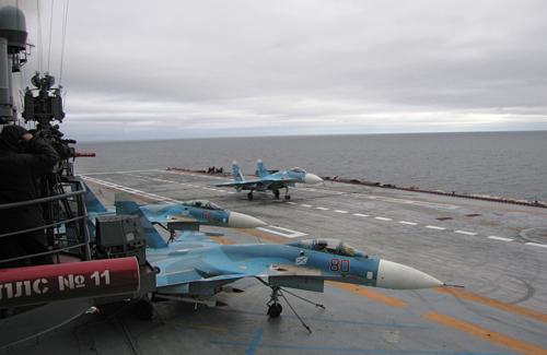 Dàn tiêm kích hạm Su-33 Flanker-D trên tàu Kuznetsov. Ảnh: Sputnik.