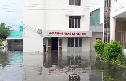 Văn phòng đăng ký đất đai bị nhấn chìm trong nước khiến hàng nghìn bộ hồ sơ của dân bị ước. Ảnh: Phúc Hưng