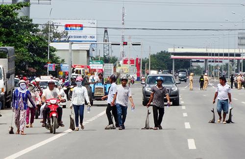 Người dân kéo cá chặn quốc lộ 51 để kêu cứu lãnh đạo. Ảnh: Phước Tuấn