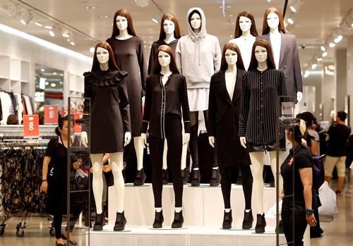 Ma nơ canh mặc đồ đen và trắng tại một trung tâm thương mại ở Thái Lan. Ảnh: Reuters