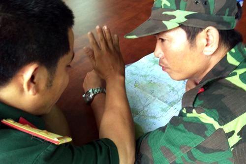 Lực lượng cứu hộ đang xem bản đồ khu vực núi Dinh để tìm kiếm. Ảnh: Phước Tuấn