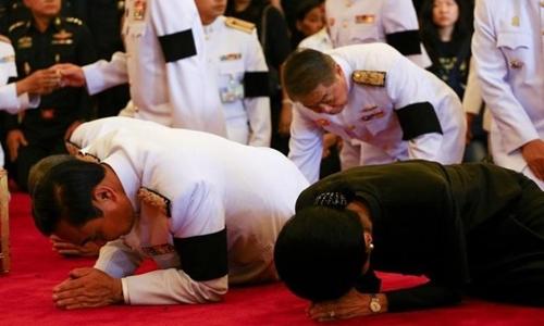 Thủ tướng Thái Lan Prayuth Chan-ocha (trái) và phu nhân bày tỏ tiếc thương nhà vua Bhumibol Adulyadej. Ảnh: Reuters.