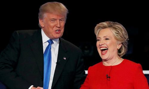 Ông Trump và bà Clinton bắt tay nhau trong lần tranh luận trực tiếp đầu tiên giữa hai ứng viên tranh cử tổng thống Mỹ hôm 26/9. Ảnh: Reuters.