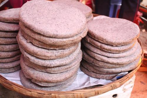 Bánh tam giác mạch thơm bùi được bán ở nhiều phiên chợ vùng cao Hà Giang. Ảnh: foody