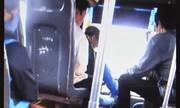 Tài xế vừa lái xe buýt vừa đánh bài