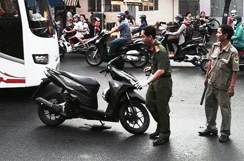 Chiếc xe máy được cho của hai nghi can để lại. Ảnh: N.V
