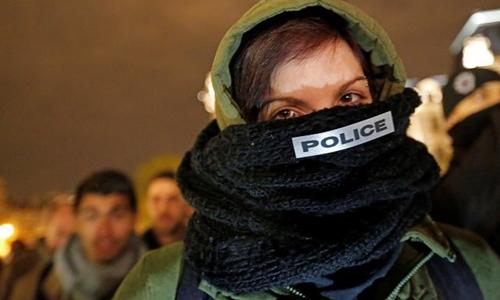 Nữ sĩ quan biểu tình phản đối nạn bạo lực nhằm vào cảnh sát Pháp. Ảnh: Reuters.