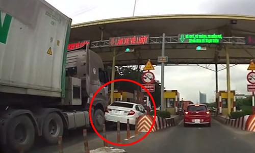 honda-civic-bi-xe-container-dam-mop-duoi-vi-gianh-duong-o-tram-thu-phi-1