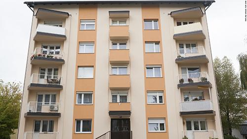 Tòa chung cư nơi bà Melania từng sống ở thị trấnSevnica,miền trung Slovenia. Ảnh: CNN