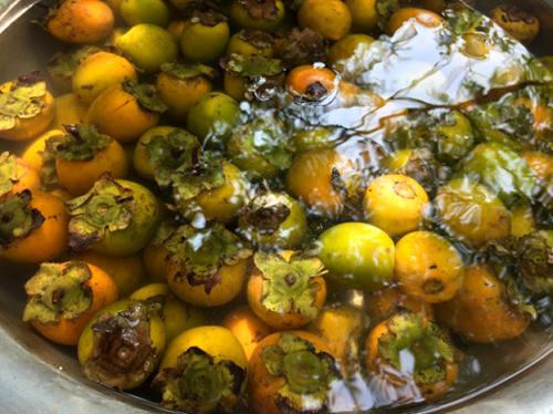 Hồng được ngâm trong nước không còn vị chát, mà chỉ còn lại vị ngọt và thơm. Ảnh: dulich.tuoitre