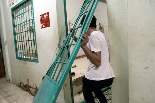 Một cánh cửa không cần đập bể bức tường vẫn có thể thoát ra ngoài nhờ bẻ gãy 2 chốt lề.