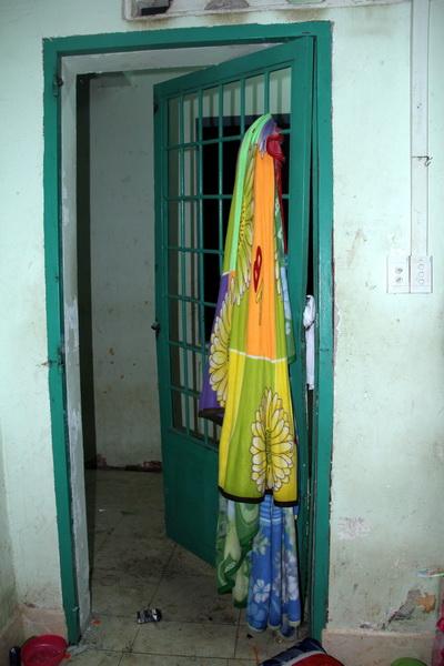 Chăn đắp được các học viên dùng để bẻ cửa thoát ra ngoài.