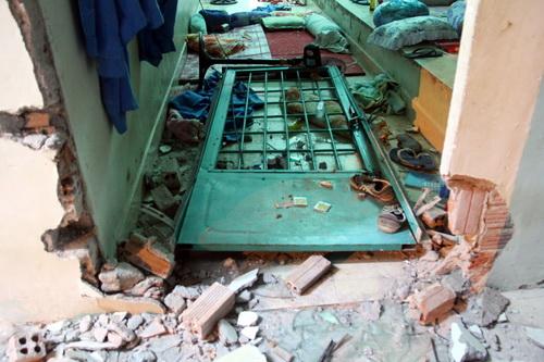 Nhiều khu vực bị đập phá tan hoang sau vụ việc 562 học viên trốn trại đêm 23/10. Ảnh: Phước Tuấn