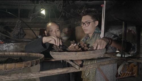 Anh Vàng Mí Phứ (bên trái) đang hướng dẫn sấy khô thảo quả. Ảnh: bizmedia