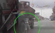 Thanh niên mở cửa xe tải đang chạy lao xuống đường